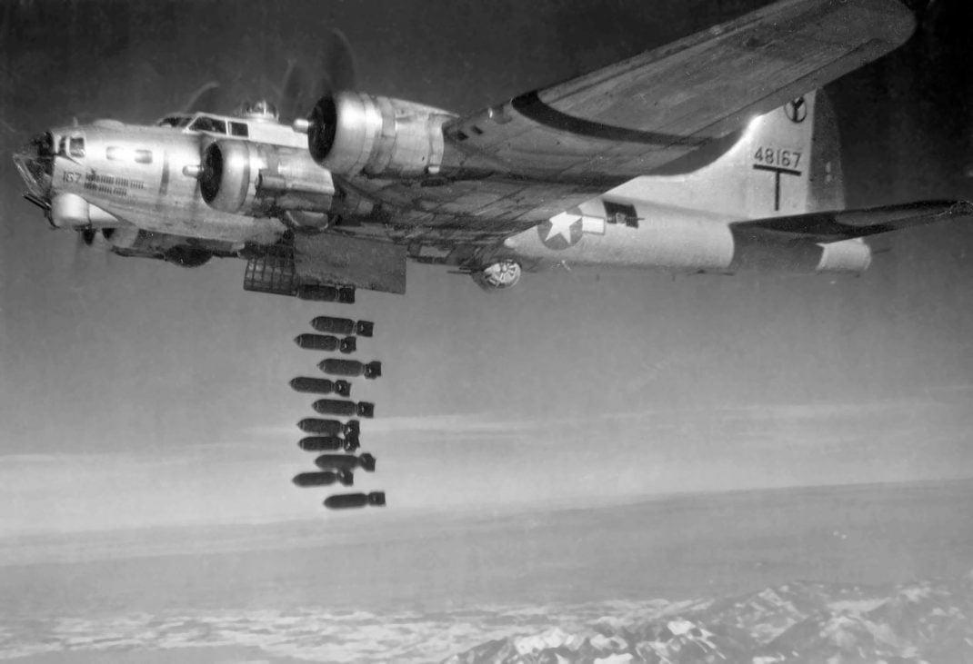 B-17 bombardıman yapıyor